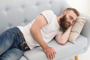 Slapende man met een tekort aan slaap